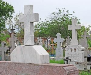 Hoţii au luat la răscolit mormintele ţigăneşti. Or fi umblând după transformatoare?