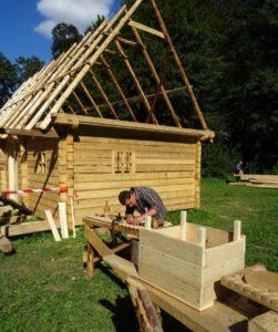 """Cine doreşte poate să aibă o locuinţă construită după un tipar tradiţional. Așa sună oferta Muzeului din Sibiu. Aici, imagini de la construcția casei ce va servi drept """"show room"""" (sursa foto: pagina de Facebook a Muzeului Astra Sibiu)"""